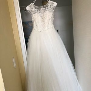 Wedding dress. Dominiss collection. Size 6.